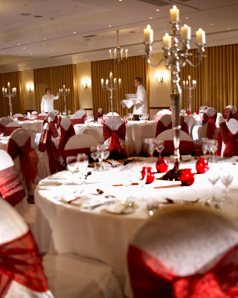 Liverpool City Centre Marriott Venue Hire L1, private dinner with red bows on chairs and white tables