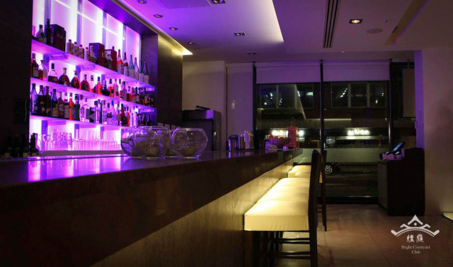 Bright Courtyard Venue Hire W1U, entrance area, bar with stunning lighting